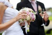 Nevěsta drží svatební kytice — Stock fotografie