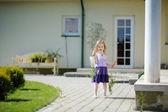 Rozkošná holčička s mrkví — Stock fotografie