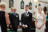 Bruden och brudgummen vid kyrkan — Stockfoto