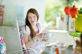 Young woman girl drinking hot chocolate — Stockfoto