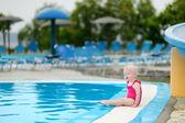 Garota adorável criança sentado a beira da piscina — Foto Stock