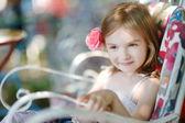 Bedårande liten flicka stående — Stockfoto