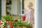 可爱的小女孩正在浇花 — Fotografia Stock