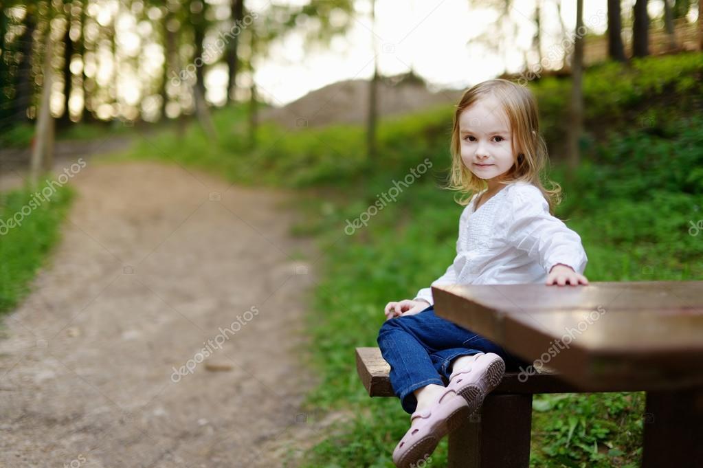 可爱小女孩画像户外