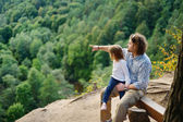 A girl and her father sitting on the edge — Foto de Stock