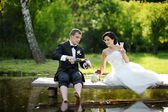 Bride and groom drinking champagne — 图库照片