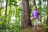 可爱的小女孩在森林中采摘浆果 — 图库照片
