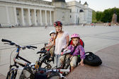 Ciclismo urbano - joven madre en una ciudad — Foto de Stock
