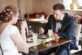 Bruden och brudgummen äta en efterrätt — Stockfoto