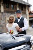 Happy bride and groom hugging — Stock fotografie