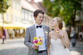 Happy bride and groom enjoying themselves — Stock fotografie