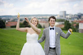 Bride and groom flying a kite on a wedding day — Stock Photo