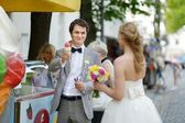 Groom buying an ice cream for his bride — Stockfoto