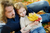 Young father and his daughter have fun at autumn — Stockfoto