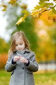 Niña adorable divirtiendo en día de otoño — Foto de Stock