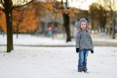 Petite fille s'amuser le jour de l'hiver — Photo