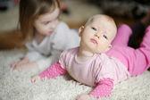 Rozkošná holčička a její sestra — Stock fotografie