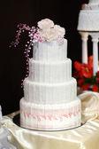 Witte wedding cake versierd met roze bloemen — Stockfoto