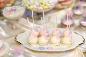 Wedding cake pops in pink and purple — 图库照片
