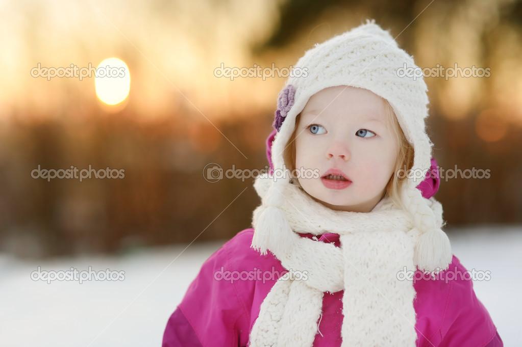 可爱的小女孩,在冬季一天日落时分