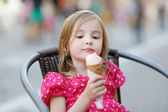 Adorable little girl eating ice-cream outdoors — Stockfoto