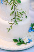 White wedding cake decorated with flowers — Stock Photo