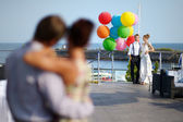 Happy bride and groom with balloons — Stockfoto