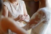 Aiutando una sposa per mettere il suo abito da sposa — Foto Stock