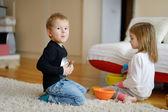 Dvě děti si spolu hrají — Stock fotografie