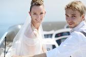 Sposi felici su uno yacht — Foto Stock