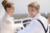 Feliz novia y el novio en un yate — Foto de Stock