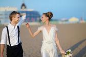 Playa de la boda: la novia y el novio por el mar — Foto de Stock