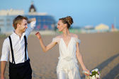 Beach wedding: bride and groom by the sea — Stock Photo