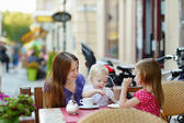 Mother and her daughters relaxing in outdoor cafe — Stock fotografie