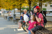 Urban biking - young father with a child in a city — Stockfoto