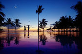 Sylwetki młoda para w malowniczy zachód słońca — Zdjęcie stockowe