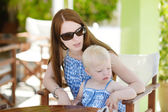 Mother and daughter relaxing in restaurant — Stock Photo