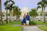 Young couple on a tropical resort — Stockfoto