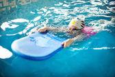Glückliches kleines mädchen schwimmen lernen — Stockfoto