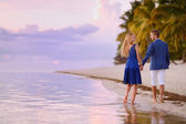 Beautiful romantic couple on a tropical beach — Stockfoto