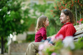 Father and daughter   on  bench — Stockfoto