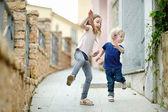 две маленькие сестры на открытом воздухе — Стоковое фото