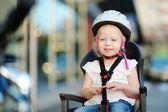 Liten flicka på cykel — Stockfoto