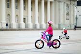 Bicicleta menina equitação — Foto Stock