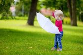 Klein meisje buitenshuis — Stockfoto