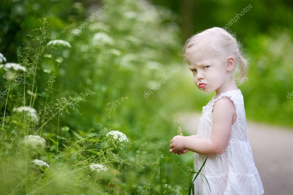 一个很生气的小女孩在户外的肖像