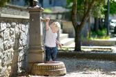 女孩玩水的喷泉 — 图库照片