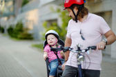 Father and daughter riding bicycle — Stock fotografie