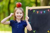 μικρή μαθήτρια από πίνακα κιμωλίας — Φωτογραφία Αρχείου