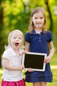 タブレット pc を保持している小さな女の子 — ストック写真